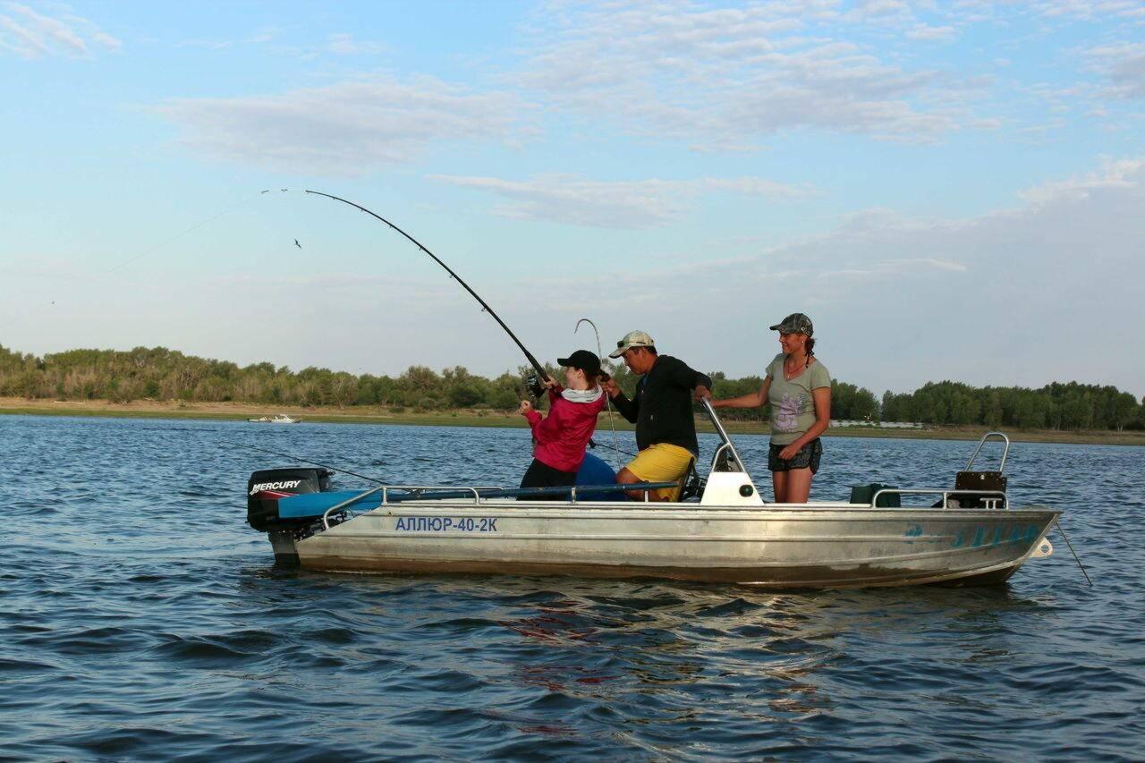 Лодка пластиковая для рыбалки