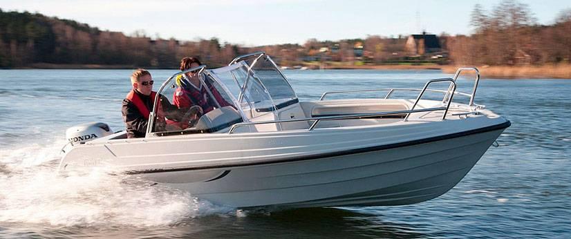 Пластиковая гребная лодка