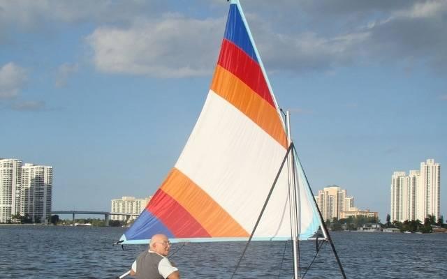 Надувная парусная лодка