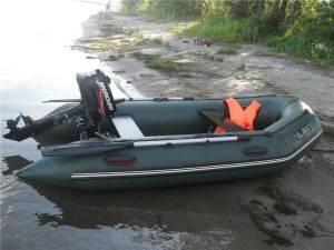 Лодка пришвартована к берегу