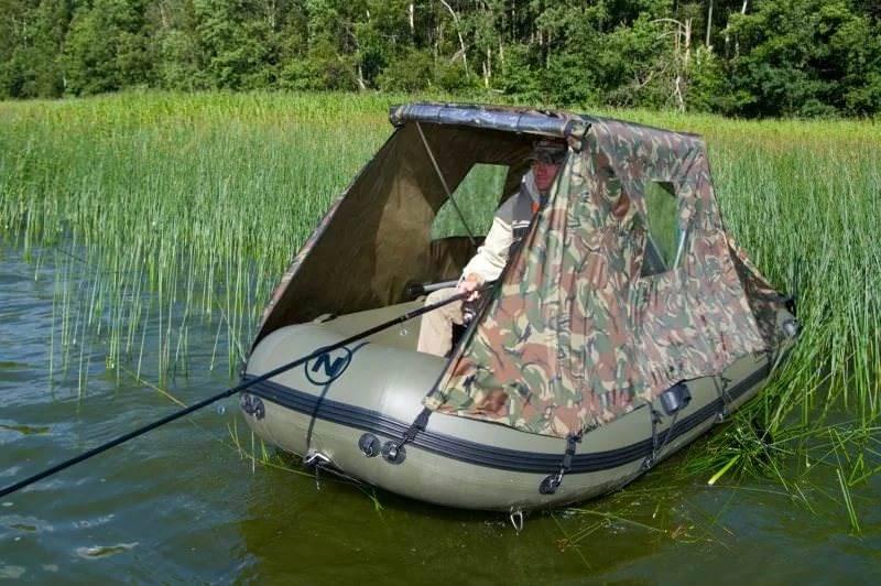 Лодка с тентом на воде