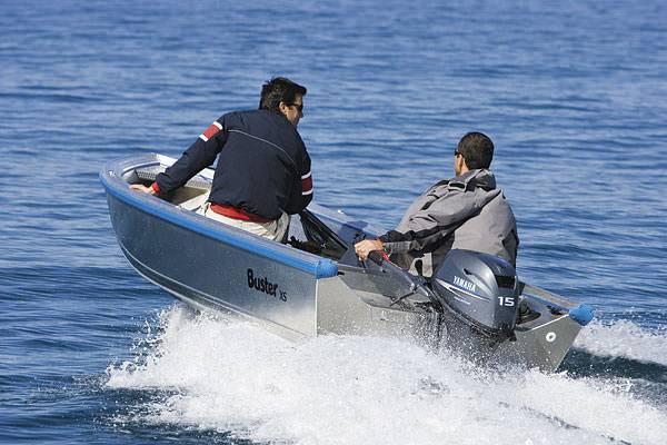 Моторная лодка на воде